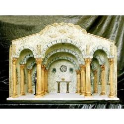 Templo con gran dependencia interior, decorado con 6 columnas corintias y 6 medias columnas en los laterales, pequeño altar de
