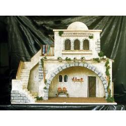 Pesebre con tres estancias, una central, una lateral con pajar y una superior con terraza.