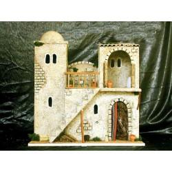 Posada con varias estancias en dos pisos y escalera central.