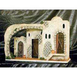 Posada con pequeño caserio adosado y arco.