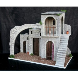 Posada con varias estancias inferiores y estancia superior con escalera y arco.
