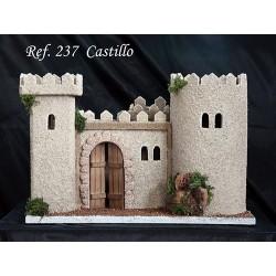Castillo con torre cuadrada, torre ovalada y modulo central con puerta