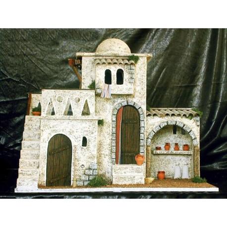 Casa con 3 estancias, una superior con terraza, una central con puerta y un pequeño establo lateral.