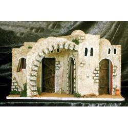 Caserío con varias casitas adosadas y arco lateral.