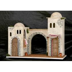 Casa con puerta frontal y balcon lateral, en el centro un pasadizo y otra casa con puerta frontal y toldo.