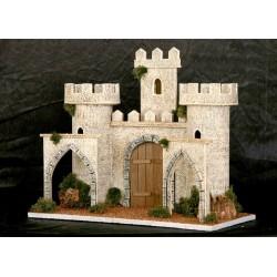 Castillo con dos torreones laterales uno central y puerta de entrada. Delante de los torreones lleva dos arcos.