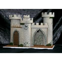 Castillo con dependencia interior, 3 torreones, una puerta y un arco.